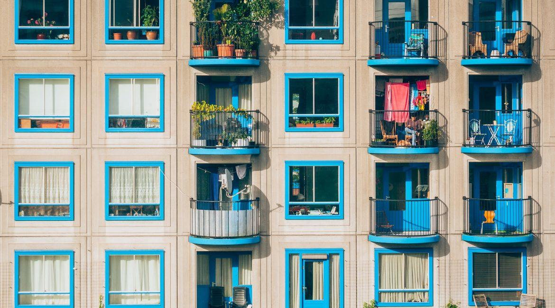 Syntetyczny trawnik na balkon – wszystko, co musisz wiedzieć